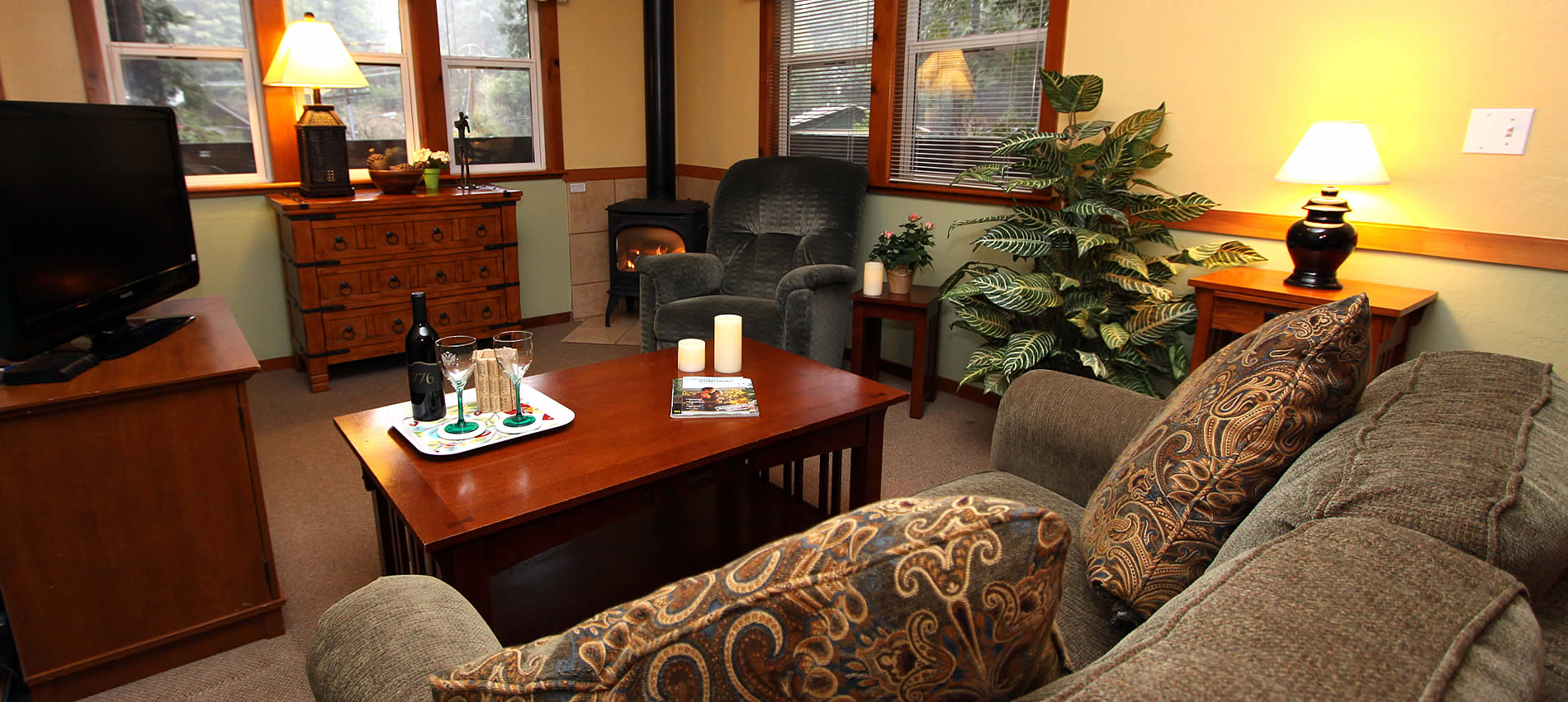 vacation cottages at russian river, one bedroom, living room and spa tub